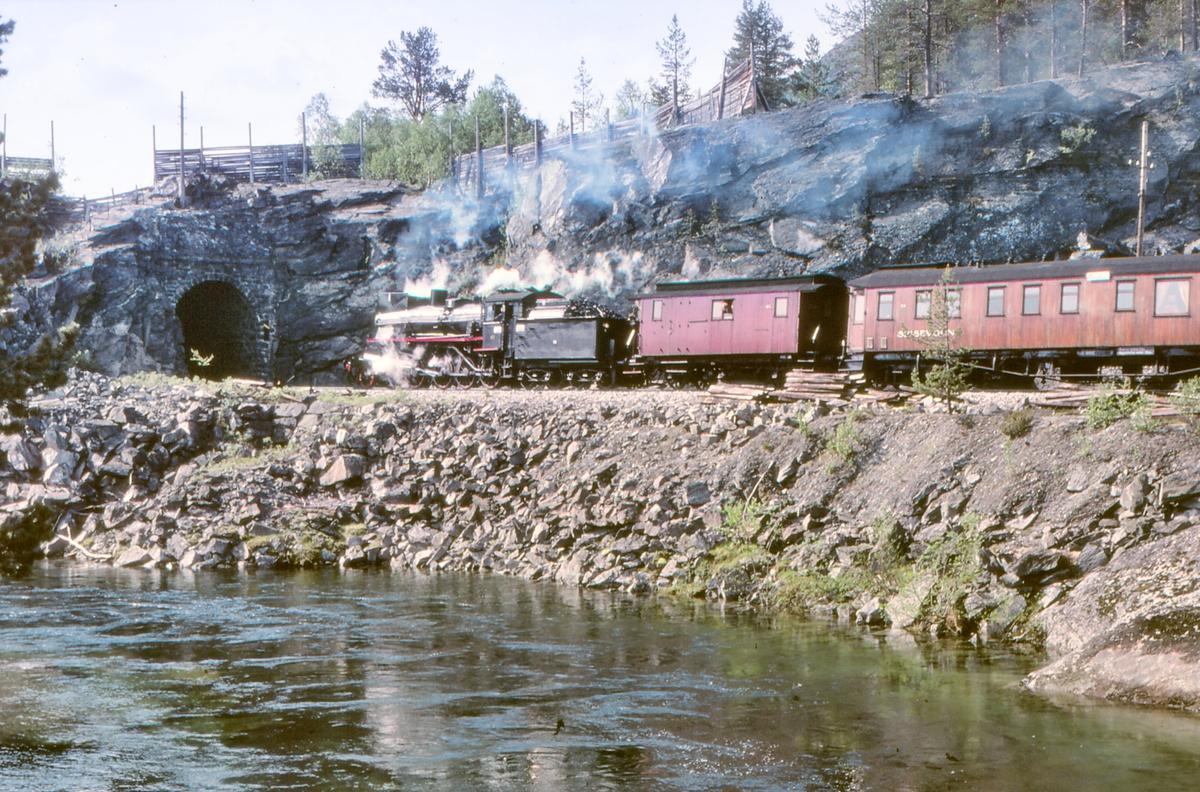 Damptog nærmer seg Bjorli. NSB damplokomotiv 26c 411.