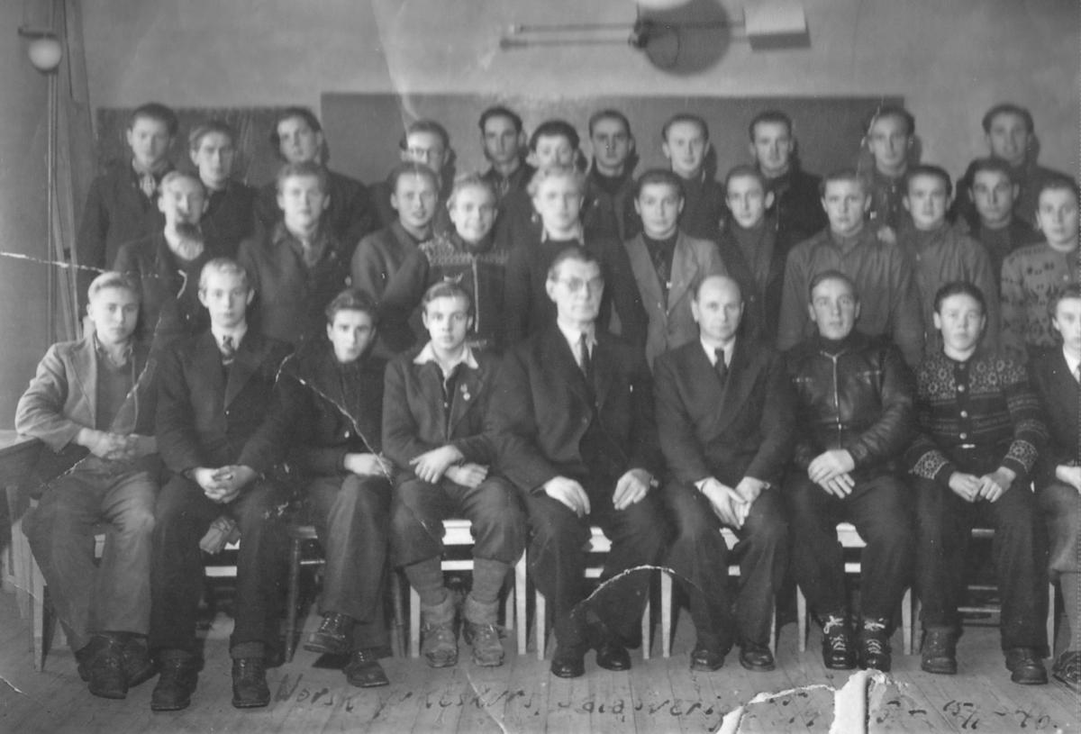 Klassebilde, elever på yrkesskolen, kan være fra Sala i Sverige  (i tidsperioden 15/9 1945 - 15/11 1946). En av mennene var i slekt med Nils Klaussen.