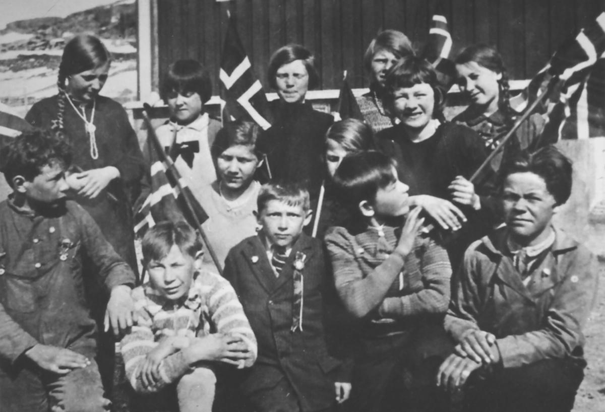 Ungene fra landet bodde på Internat i Rypefjord. Mora til Anne Lise Moe, Dina Johannessen (nr. 4 i midt i rekka) var fra Storvika. Hver 17. mai måtte ungene gå på Rypefjord og til Hammerfest. Det var ikke alltid at veien var brøytet.