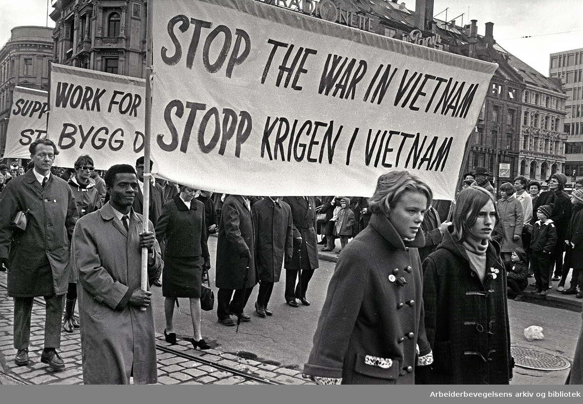 1. mai 1967 i Oslo.Demonstrasjonstoget.Parole: Stop the war in Vietnam.Stopp krigen i Vietnam
