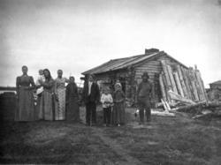 Familien Rautiola foran sitt hjem på Vaarlamansaari i Höyhen