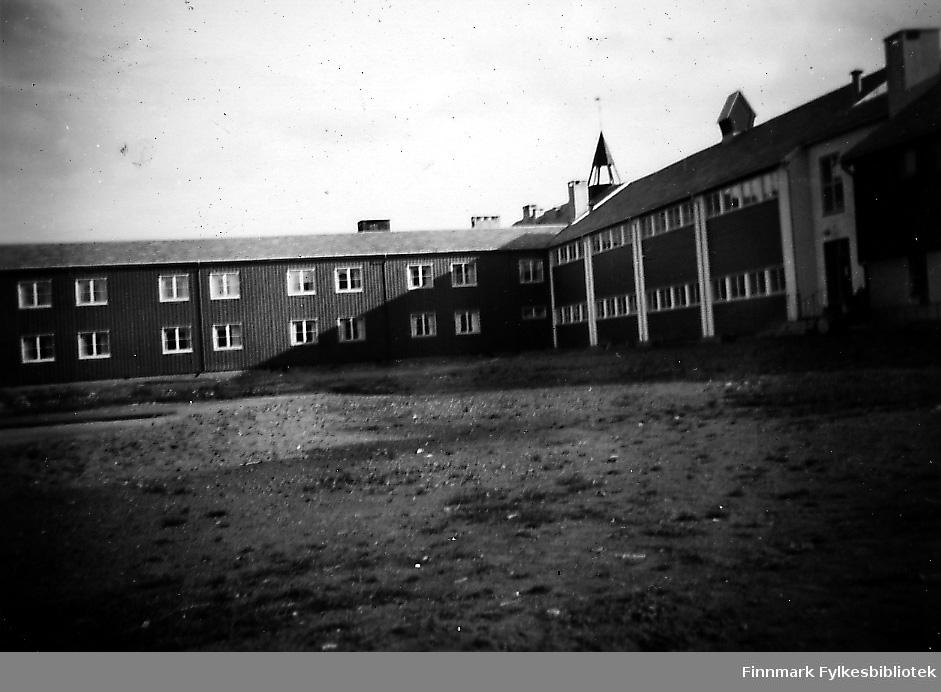 Et bilde fra innvielsen av Seida internat i 1953. På bildet skolen og internatet. Tatt fra en annen vinkel en førrige, Fb.97406-012.