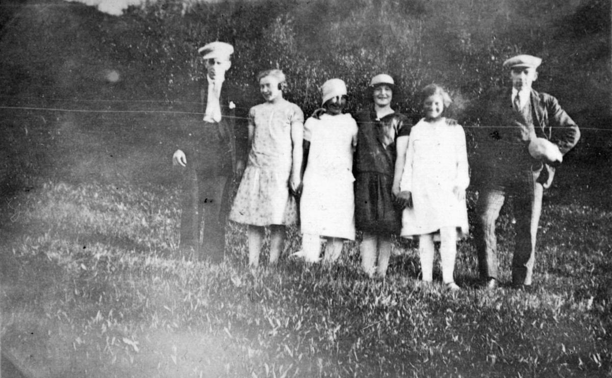 Seks personer fotografert på et jorde. Sted og personer er ukjent, men bildet er muligens tatt i Kvalsund kommune.