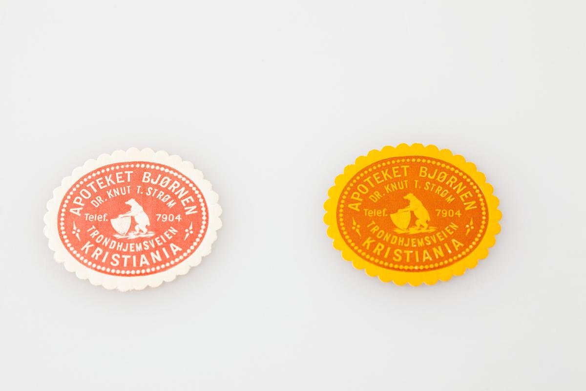 Etikettsamling fra mange ulike apotek fra hele landet sortert etter årstall på 8 tosidige ark av type brukt til frimerkesamling. Selger har lagt inn årstall for trykking av etikettene på små hvite lapper.