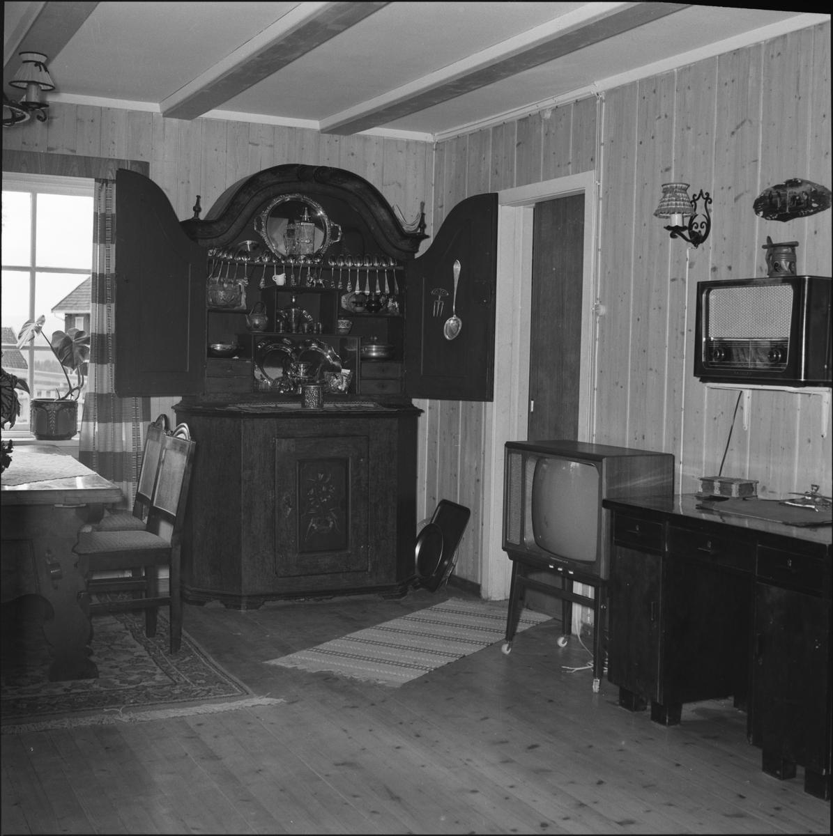 Sølvskap, skatoll, TV, radio og spisestue i villa på Sørum gård i Gjerdrum