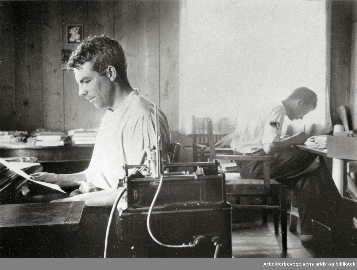 Trond Hegna og Johan Vogt under arbeidet med Arbeidernes Leksikon på Dorr ved Minnesund, sommeren 1933.