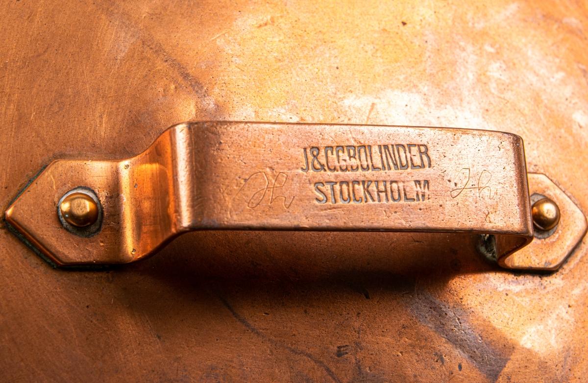 Kastrull med lock. Stämpel J & C G Bolinder, Stockholm och sign. H H på kastrullockets handtag och under mynningskanten. c) Mått: h, 11,2cm. diam ca, 16cm. d) Mått: diam 16,5cm. 1800-talets senare del.