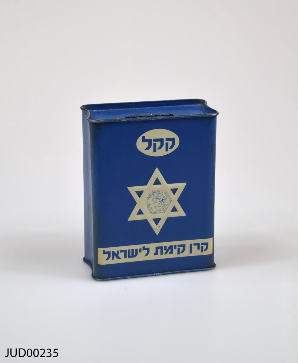 Insamlingsbössa, tillverkad av plåt och sedan målad med mörkblå färg. Dekorerad med vit davidsstjärna samt vit hebreisk text.