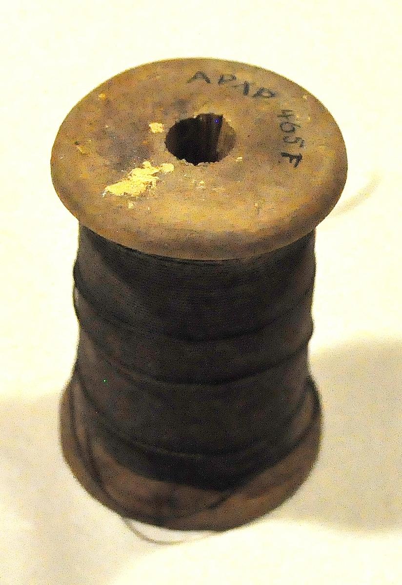Låda av trä med skjutlock, innehåll se nedan: 465A Låda med skjutlock 465B Blå, fyrkantig schal i silke 465C Sax 465D Klockkedja av metall med bruten hake och dubbel ögla 465E Trådrullar, två stycken med vit sytråd 465F Trådrulle, en stycken med svart sytråd 465G Yllegarn i docka, svart 465H Nålbok av svart ylle med diverse nålar 465I Paket av synålsbrev, hoprostade 465J Ask med säkerhetsnålar 465K Ask med stålpennor 465L Ask med klämmare av mässing 465M Rödkrita i två fragment, ett större och ett mindre 465N Patentpenna för blyerts, stämplad 465O Lackstång i två delar 465P Bunt med smala läderremmar för skor 465Q Knappar diverse olika, 19 st 465R Kragknappar, 9 st (3 mekaniska, 4 vita av ben, 2 svarta av ben) 465S 10 öre svensk, ena sidan avslipad, på denna I. E. C. i monogram 465T 6 st hagelpatroner 465U 14 st pulver (aspirin?) 465V Band med knappar och ring (till paraply?) 465W Diverse papper 465X kontanter i ryskt och amerikanskt mynt: a. Paket av silkeslärft, inlagt i papper och omlindat med ett snöre, innehållande: 6 travar å vardera 10 enrubelstycken (år 1896), 1 trave å 20 femrubelstycken (5 st 1887. 1 st 1888. 3 st 1889, 4 st 1890, 7 st 1893 dessutom ett inlagt pappersblad med uppgift om beloppet. b. Hittade löst i lådan: 1 tiodollarstycke (1888), 12 femdollarstycken (1 st 1861, 3 st 1880, 2 st 1881, 2 st 1882, 3 st 1886, 1 st 1892), 3 två-och-en halvdollarstycken (1 st 18?5, 2 st 1878), 2 halvdollarstycken (1 st 1877, 1 st 1893), 4 kvartsdollarstycken (1 st 1894, 1 st 1895, 1 st 1896, 1 st 1897), 5 Dime ´s (1 st 1873, 1 st 1874, 1 st 1876, 1 st 1884, 1 st 1891). Summa 160 Rubel + 80 Dollars.