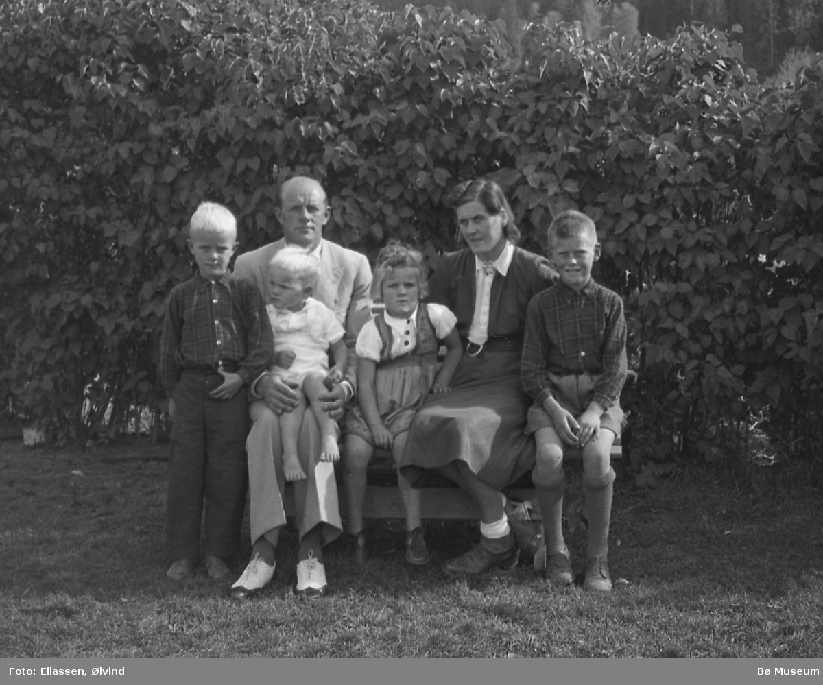 Torjus og Gudrun Torstveit med fire barn ca. 1946:  Jørgen, Reidun og Harald.  Olav sit på fanget.