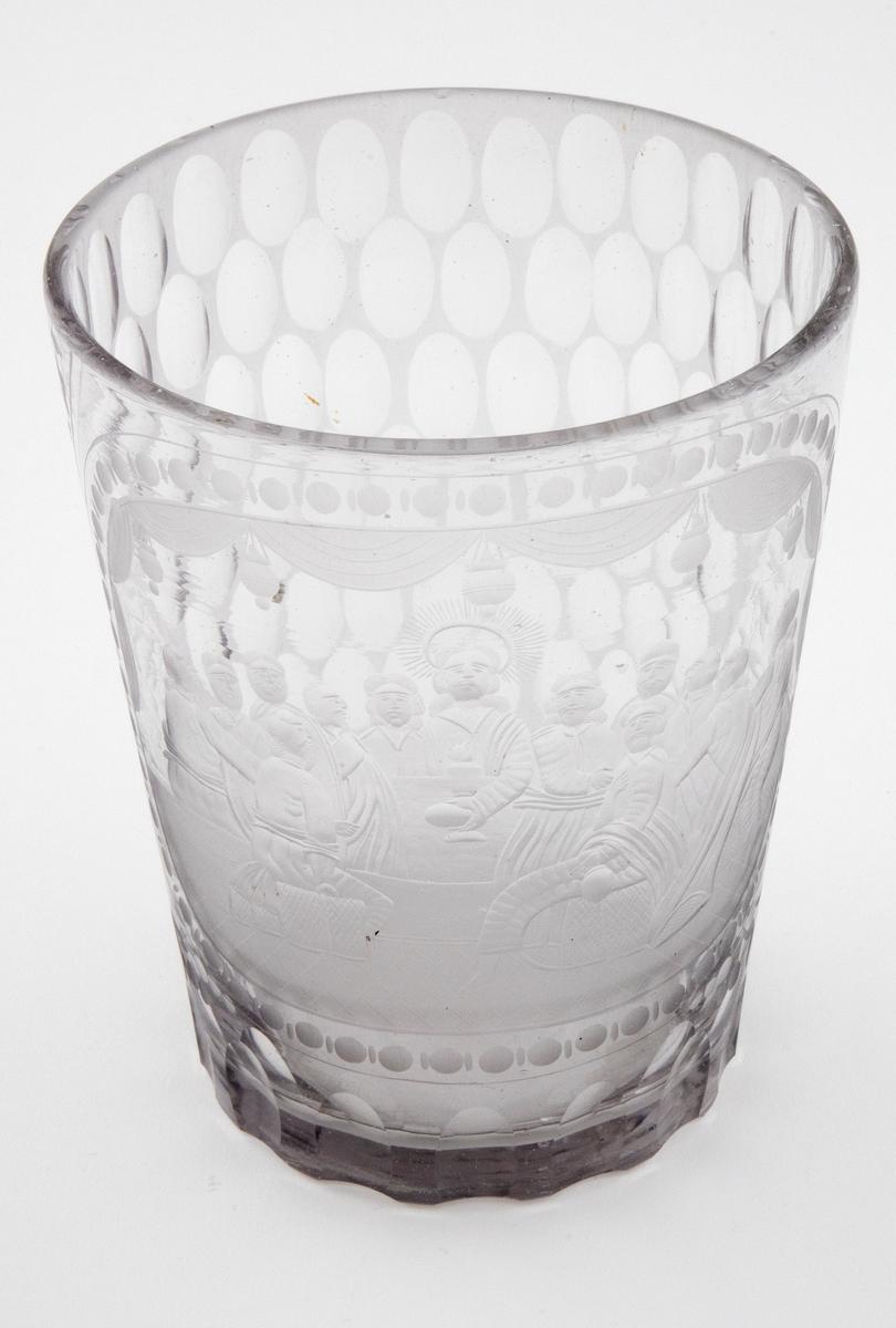 Tilnærmet sylinderformet beger i tykt klart glass med svakt koniske vegger. Forsiden er dekorert med en stor oval, hvor det er fremstilt en nattverdscene med Jesus og de tolv apostlene sittende rundt et bord med vin og brød. Baksiden er dekorert med olivensliping på matt bunn. For- og baksiden er adskilt av felter med graverte blomster og rankedekor. Grålig fargetone, en del luftbobler i glassmassen.