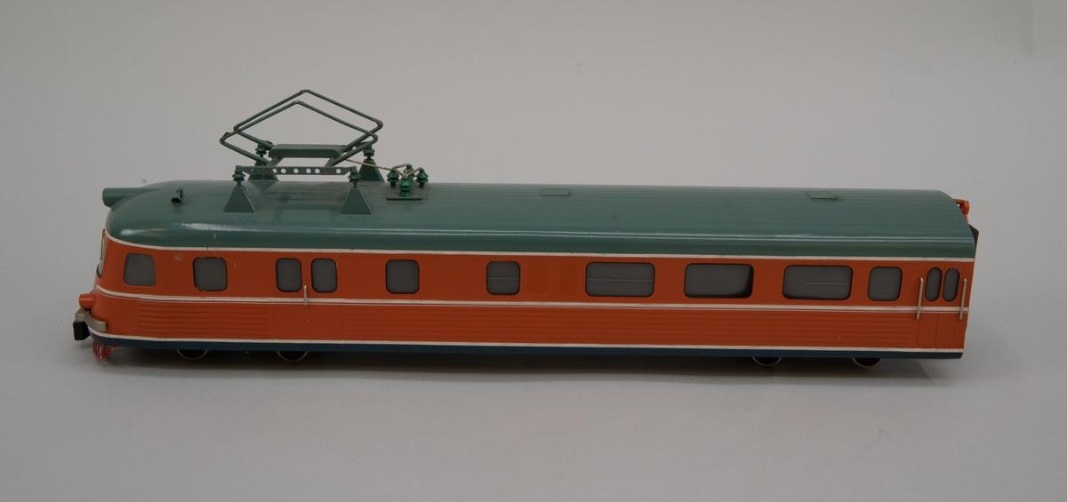 Modell i skala 1:50 av motorvagn Y0a2A, X9A, drivenhet. Orange med grågrönt tak  Kallades i folkmun Paprikatåget.
