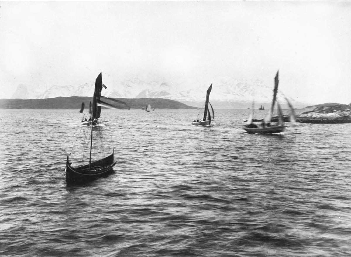 Båter på Vågsfjorden under regattaen i 1891.