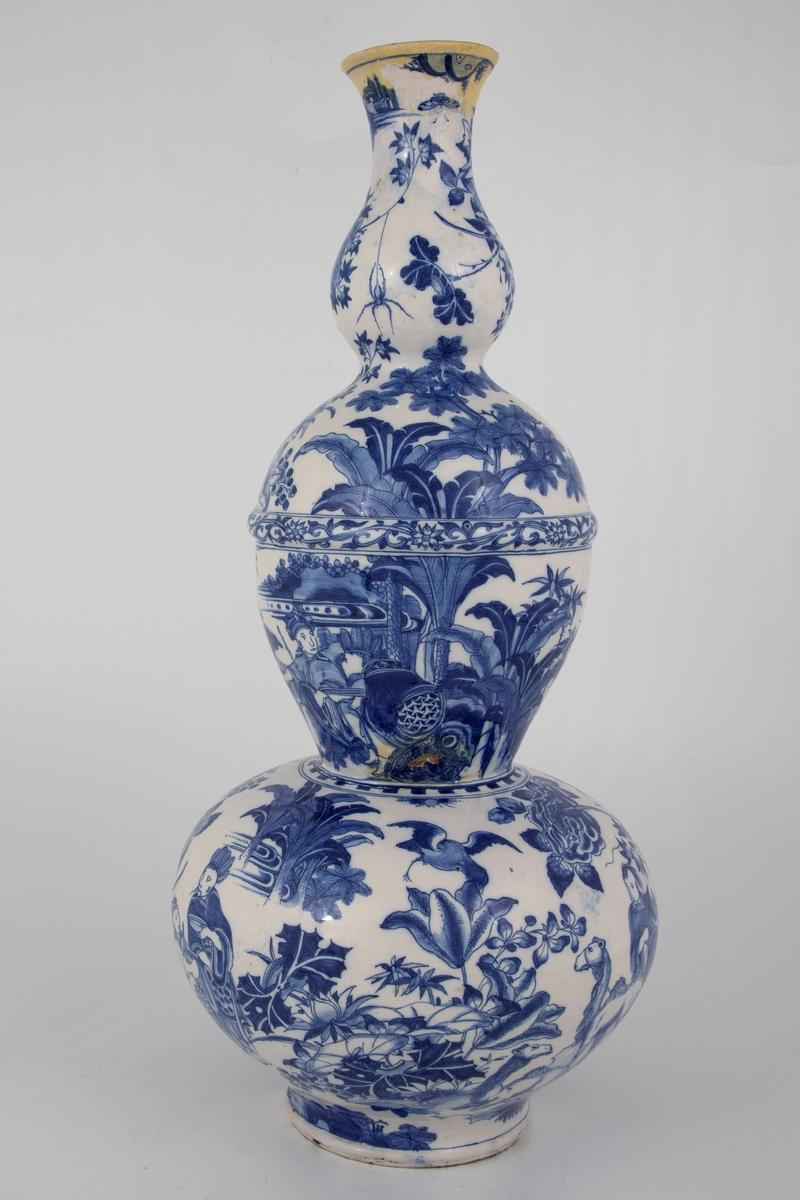 Kinainspirerte motiv med ulike planter og mennesker i landskap.