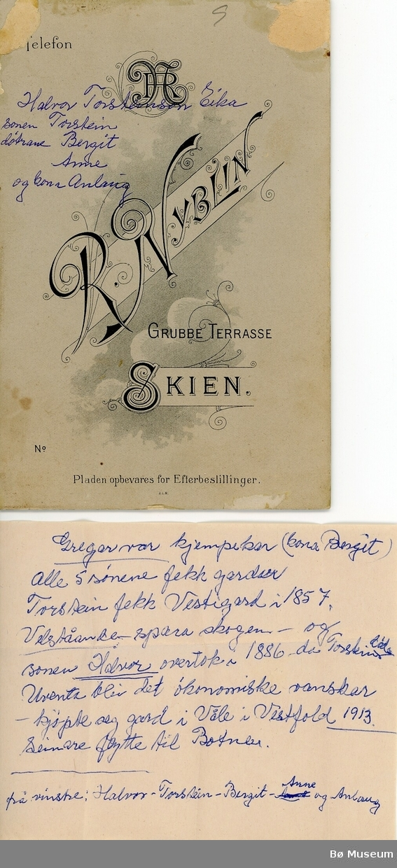 Familien Eika: F.v Halvor Torsteinsson, Torstein Halvorsson, Bergit Halvorsdotter, Anne Halvorsdotter og Anlaug Eika