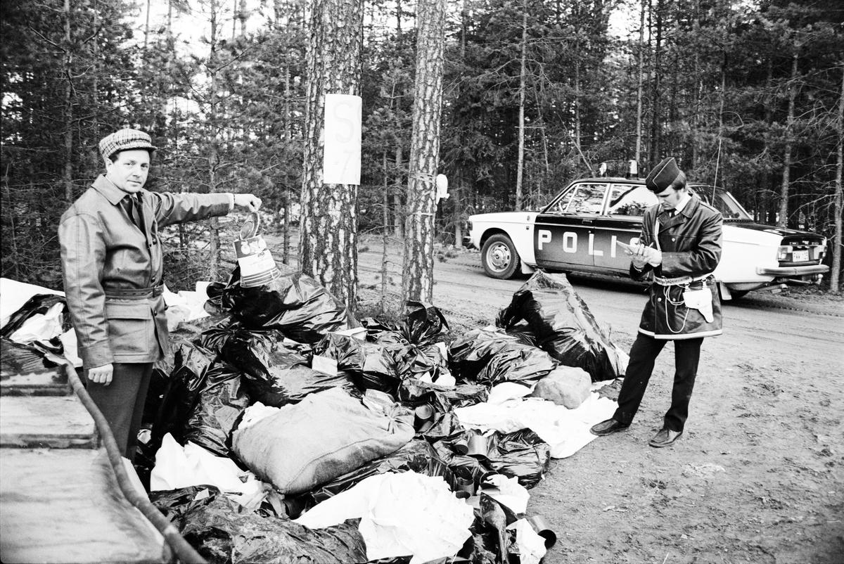 Miljövårdare Per Ögren och en polisman vid en avstjälpningsplats för sopor längs E4