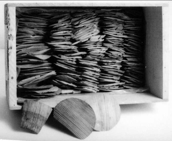 Stavar och bottnar till flera små laggade skålar. Utskuren rand runt skålarnas nederdel. På en halvmåneformad bottenbit finns en runinskrift: Maria
