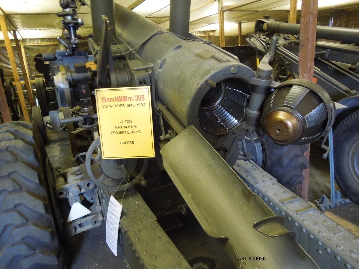 15 cm haubits m/39 och m/39B, en svensk-österrikisk-tysk-svensk affär  ligger bakom. Vid utbrottet av andra världskriget var det svenska artilleriet föråldrat. Särskilt tyngre haubitsar behövdes med lång räckvidd. Bofors fick beställningar i stor mängd för armén, flottan och flyget; verkstäderna räckte inte till.   Redan under början av 1930-talet hade Bofors framme en förnämlig konstruktion som de tvingades sälja, licenser, ritningar och allt till Österrike eftersom det inte fanns pengar i vårt land för inköp.   I Österrike fanns 28 stycken färdiga då Hitler tog över.  De nya haubitserna platsade inte kalibermässigt och ammunitionsmässigt i Wehrmacht. De blev över. Bofors köpte då allt åter till Sverige, licenser, ritningar och det som fanns tillverkat inklusive en del ammunition, vilka blev 15 cm haubits m/39. På 1930-talet fanns det inga terrängbilar som orkade dra nästan 6 ton. Därför drogs eldröret på en vagn och lavetten för sig på an annan vagn. Att dra av och på eldröret tog en stund. De 28 haubitserna bildade två divisioner som således drogs delade.  Samtidigt lades en stor svensk beställning på ytterligare 85 haubitsar som tillverkades för att dras efter de då tillgängliga terrängbilarna, blev m/39B.  Sista leveransen blev  dock inte klar förrän december 1946 beroende på Bofors var överbelastat med uppgifter.  Eldröret drogs tillbaka med en liten vinsch i ett körläge under transport för att få större stabilitet. De första m/39 byggdes sedan om till samma transportkonstruktion som m/39B med  eldröret fast på lavetten.   M/39 och 39B blev kvar i tjänst ända till 1991. De hade då fått gummihjul ca 1960, ca 1980 togs körlägesvinschen togs och eldröret blev vid transport kvar i skjutläge genom vissa förstärkningar.  Detta är ett typexempel på hur man successivt moderniserat äldre materiel.  Vikt5,7 ton Skottvidd14,3 km