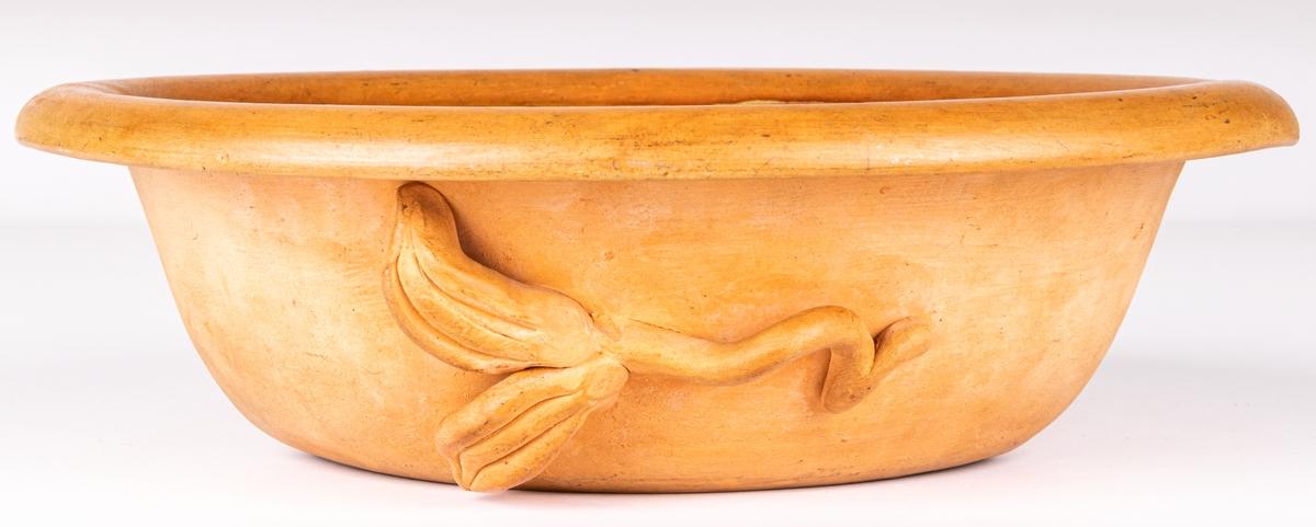 Oval skål, halvglaserad utsida med pålagda blad, insida turkosgrön glasyr.