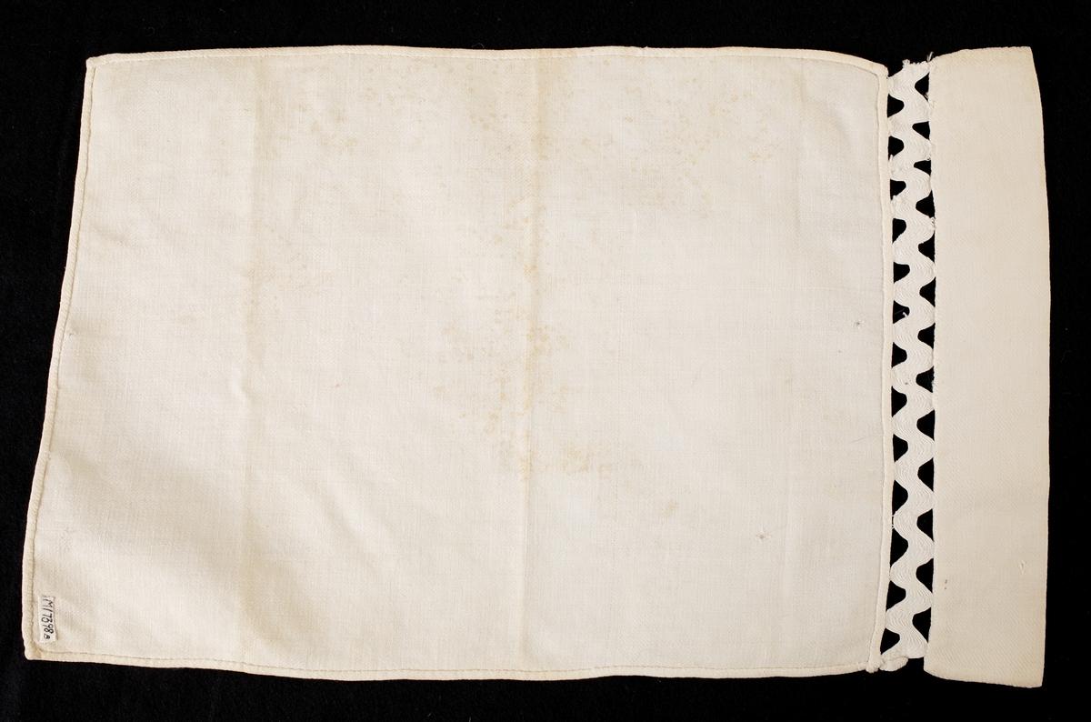 Ett överlakan med gans (för docksäng) . Vävt i liksidig kypert, troligen av bomull ev. lin.  Inskrivet i huvudbok 1962.
