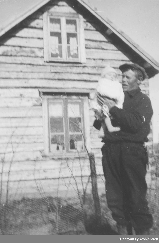 Alfred Karikoski med Evald (?) i armene i Arvolaneset i Neiden, Sør-Varanger. Kona Ester døde i barselseng.