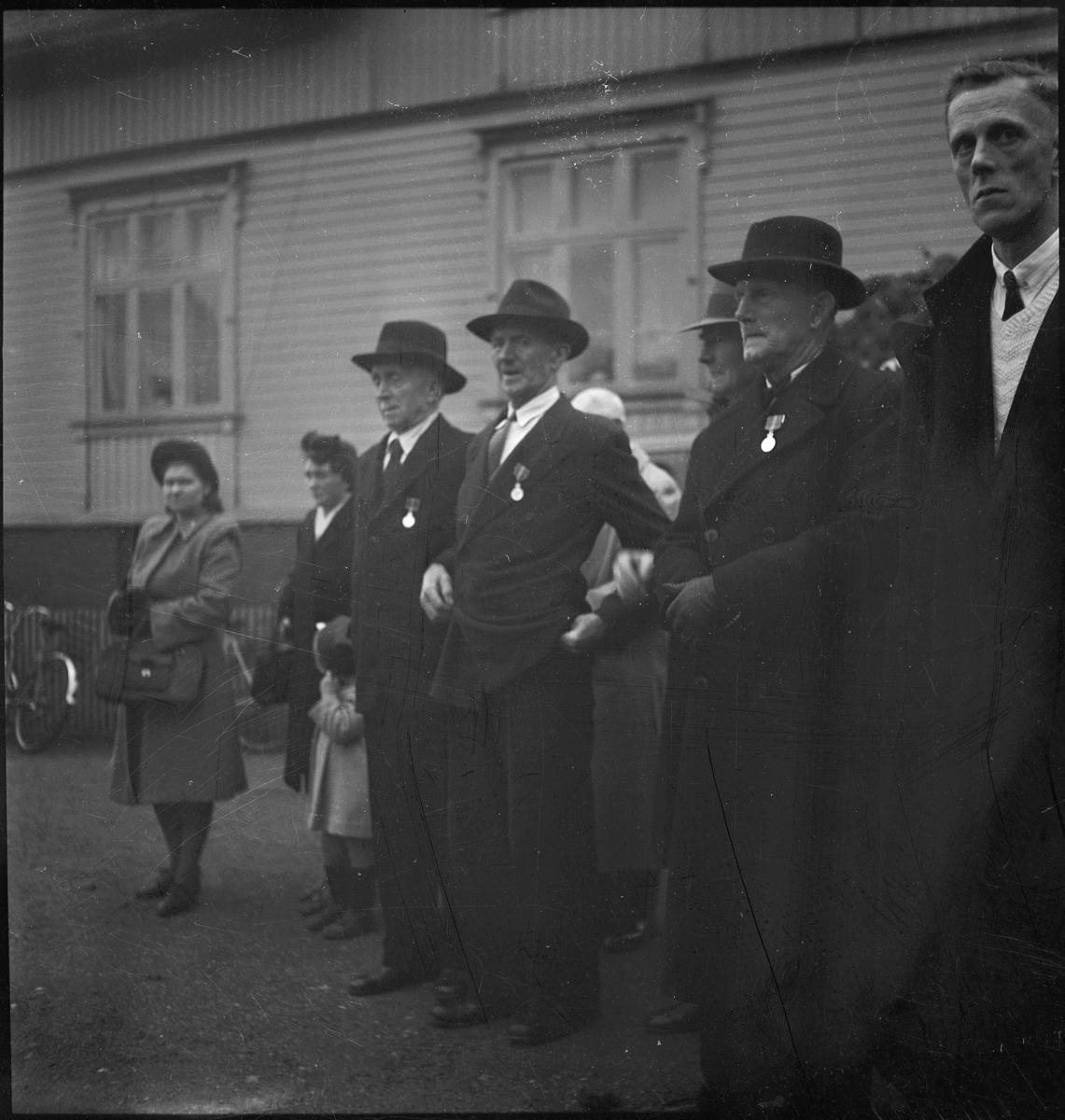 Tale og kransenedleggelse ved bysten av Johan Feyer, grunnleggeren av Egersund Fayancefabrikk. Mange folk har kommet for å se på, også flere veteraner.