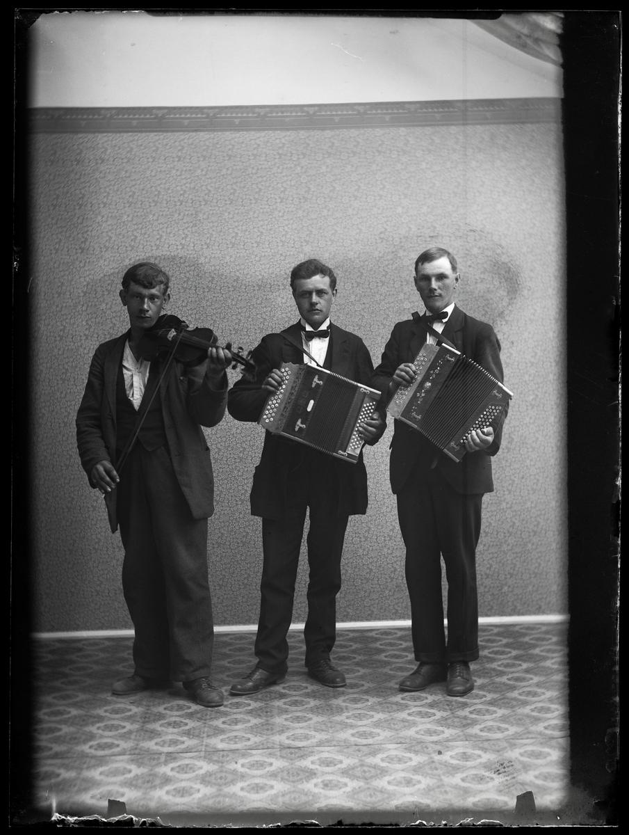 Tre musicerande män