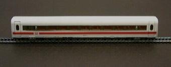 Mellanvagn Nr: 802 045-5 för tyskt ICE höghastighetståg, modell i skala 1:87.  Vagnen bilder ett tågsätt tillsammans med Jvm17535-1, Jvm17536-1, och Jvm17537-1.  Modell/Fabrikat/typ: Ho