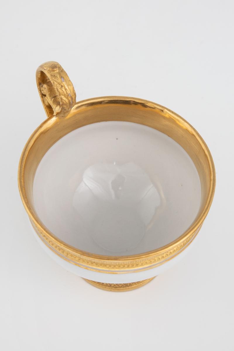 Koppen er dekorert med antikke ornamenter: Et bånd med ionisk kymation (eggstav) langs randen og nederst på koppens korpus. Rundt foten et bånd med lesbisk kymation. Håntak formet som et akantusblad. Et bånd med ionisk kymation på utsiden av skålen og tvunnet tau i speilet.