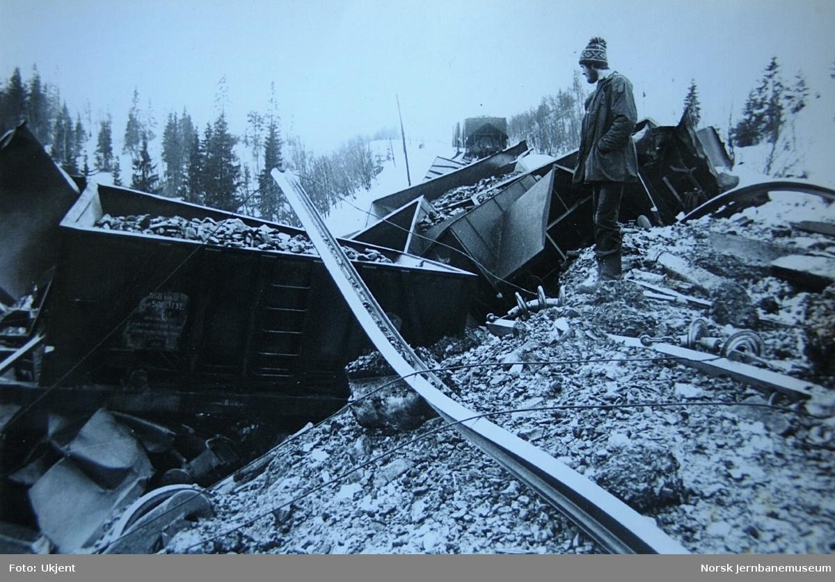"""Avsporet malmtog nær Skonseng stasjon, etter at den såkalte """"Russerfyllinga"""" hadde rast ut. Malmtoget var underveis fra Storforshei til Mo i Rana"""