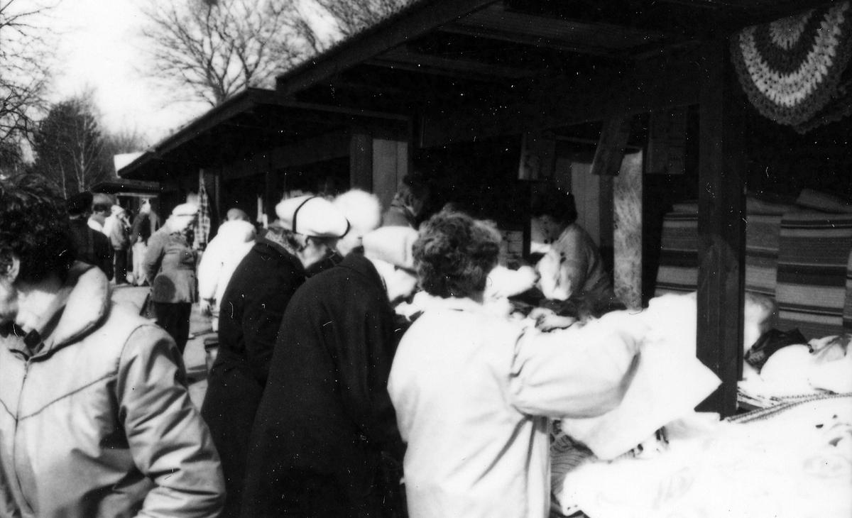 Södra Unnaryds sn. Marknad i Södra Unnaryd, 12 April 1989. Text till foto 1: 2: 3: 4: 5: 6: 7: 8: 13 och 14: Marknad i S Unnaryd, 12 april 1989. (2:a onsdagen i månaden). Text till foto 9: Allan Nilsson t. v. och hans hustru Margareta t h. Text till foto 10 och 11: Träslöjdare från Ätran. Text till foto 12: Kaffebord i S Unnaryds församlingshem en marknadsdag.