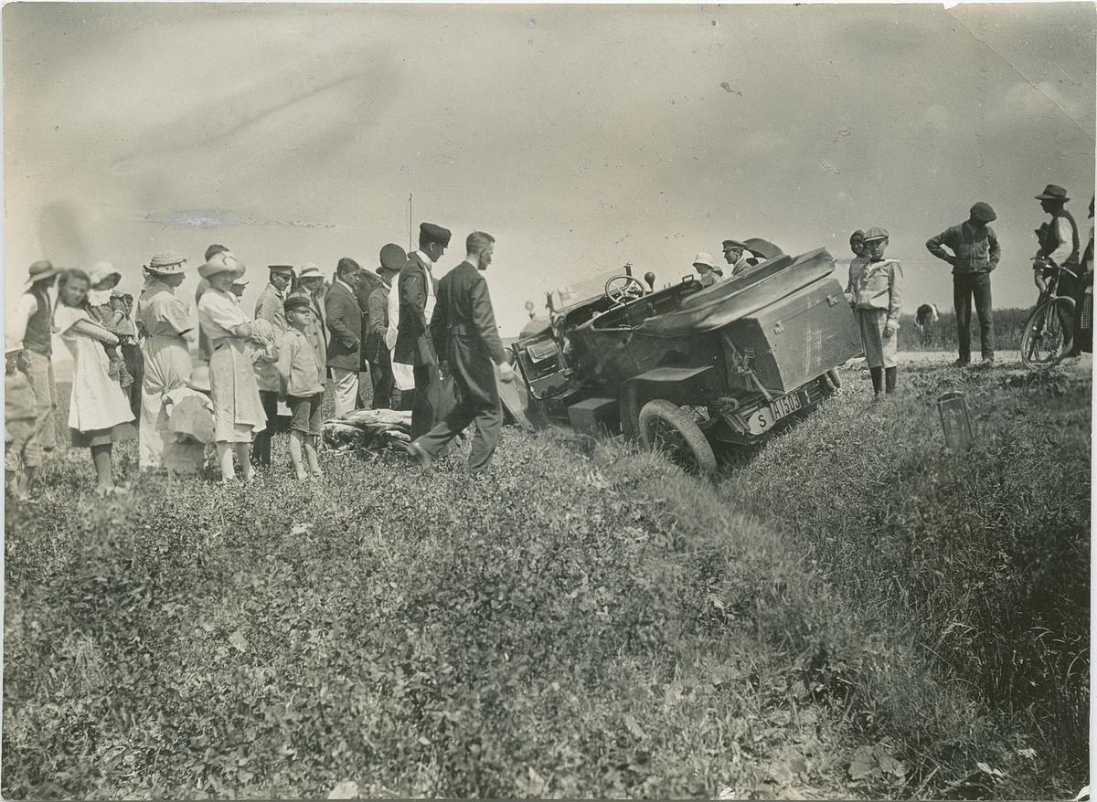 """Påskrift, baksida: """"Direktör Hagbergs dikeskörning"""".  Fotografi från John Neréns motorhistoriska samling."""