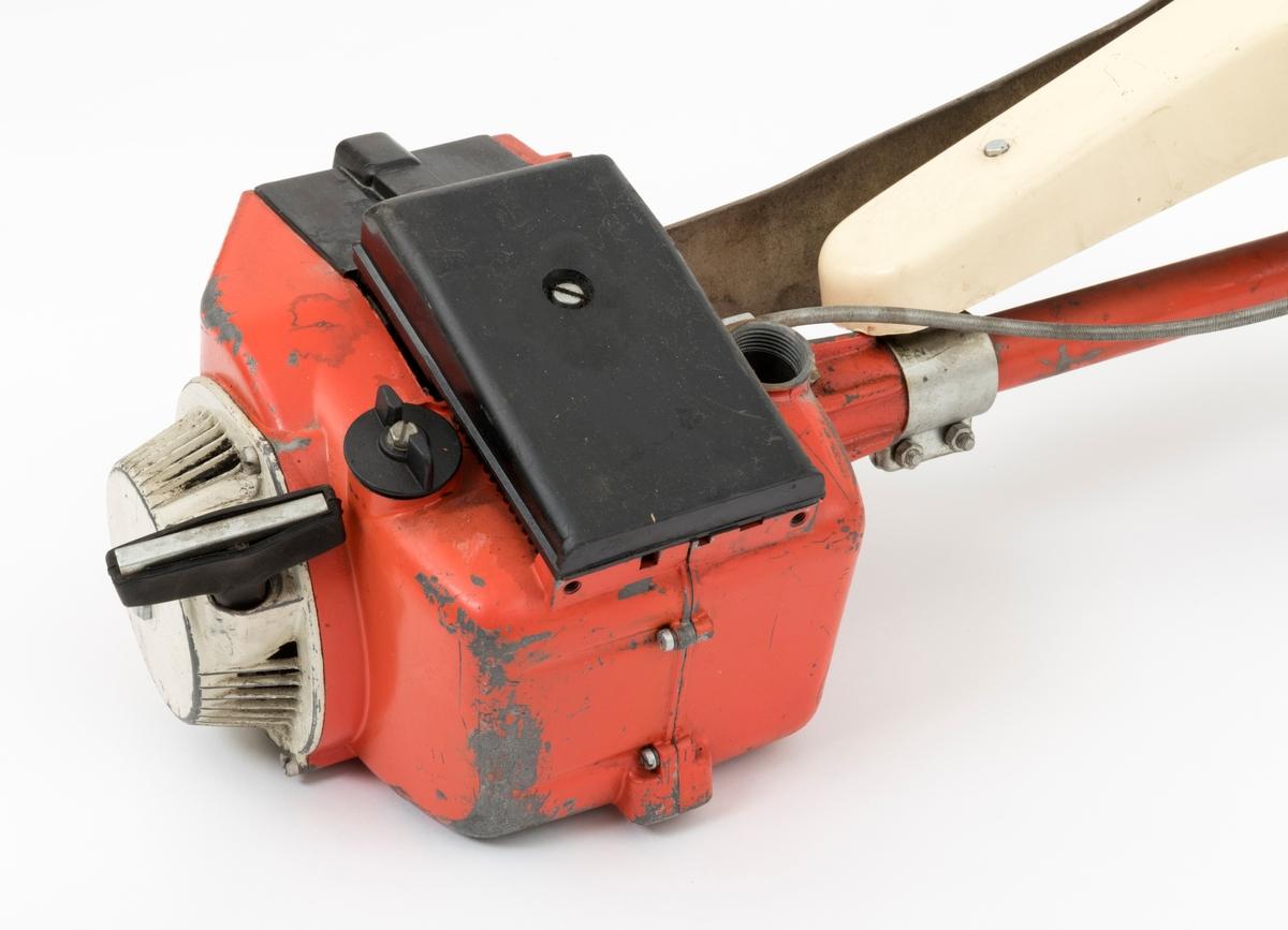 Motorsag, rydningssag, ryddesag, av typen Jo-Bu R7 beregnet for en person. Ryddesaga ser for registrator ut til å være tilnærmet komplett. Det ene av rydningssagas to tanklokk mangler. Det følger ikke med bæresele til saga. I skogbruket brukes ryddesaga til ungskogpleie, tynning, rydding av kratt, mindre busker og trær.   Rydningssaga består av blad (sirkesagblad, sagklinge) og motor koblet til et langt stålrør/riggrør. Motor og blad er montert i hver sin ende av røret. Bladet er montert til en vinkelveksel / vinkelgir(gearhus). Kraftoverføringen fra motoren til sagbladet skjer ved hjelp av en aksel i det nevnte stålrøret/riggrøret. Bæreselen festes i  en regulerbar bærekrok (opphengskrok). Kroken er montert på styrets (håndtakenes) rørstamme. På høyre håndtak gjenfinnes gasshendelen. Begge håndtak er polstret med gummi. På venstre side av sagkroppen er det montert et bånd, ei tykk lærreim/hoftereim, som ligger an mot brukerens kropp. Saga er utstyrt med sirkelsagblad for rydding av busker, mindre trær og kratt. Det er også mulig å utstyre saga med en en firebladet kniv for rydding av bregner og gress. Lyddemperen/eksospotta gjenfinnes på venstre side av motorhuset. Starthuset er montert bak på bensintanken. Bensinpåfyllingen er plassert foran starthåndtaket.  Luftfilteret gjenfinnes på toppen av motorhuset. Rydningssaga startes ved hjelp av snortrekk/startsnor. Saga har totaktsmotor. Ut fra en medfølgende lapp til saga og informasjon fra tidsskriftet Norsk Skogbruk (Teknikk i skogen 1973 våren 1973) , gjengis det her noen tekniske data for Jo-Bu R7: Sylindervolum: 57 kubikkcentimeter Volum drivstofftank: 1 liter Vekt: 13,5 kg Effekt: 2,1 kw (2,9 hk)  For mer informasjon om rydningssaga, se også vedlagt fil under fanen referanser til filer.