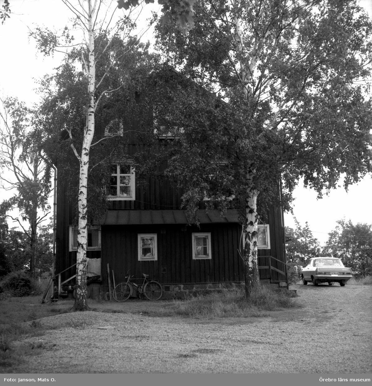 Boforsinventeringen, arbetarbostäder. Gråbo, Korpkullen. Hus 1005, västra gaveln.