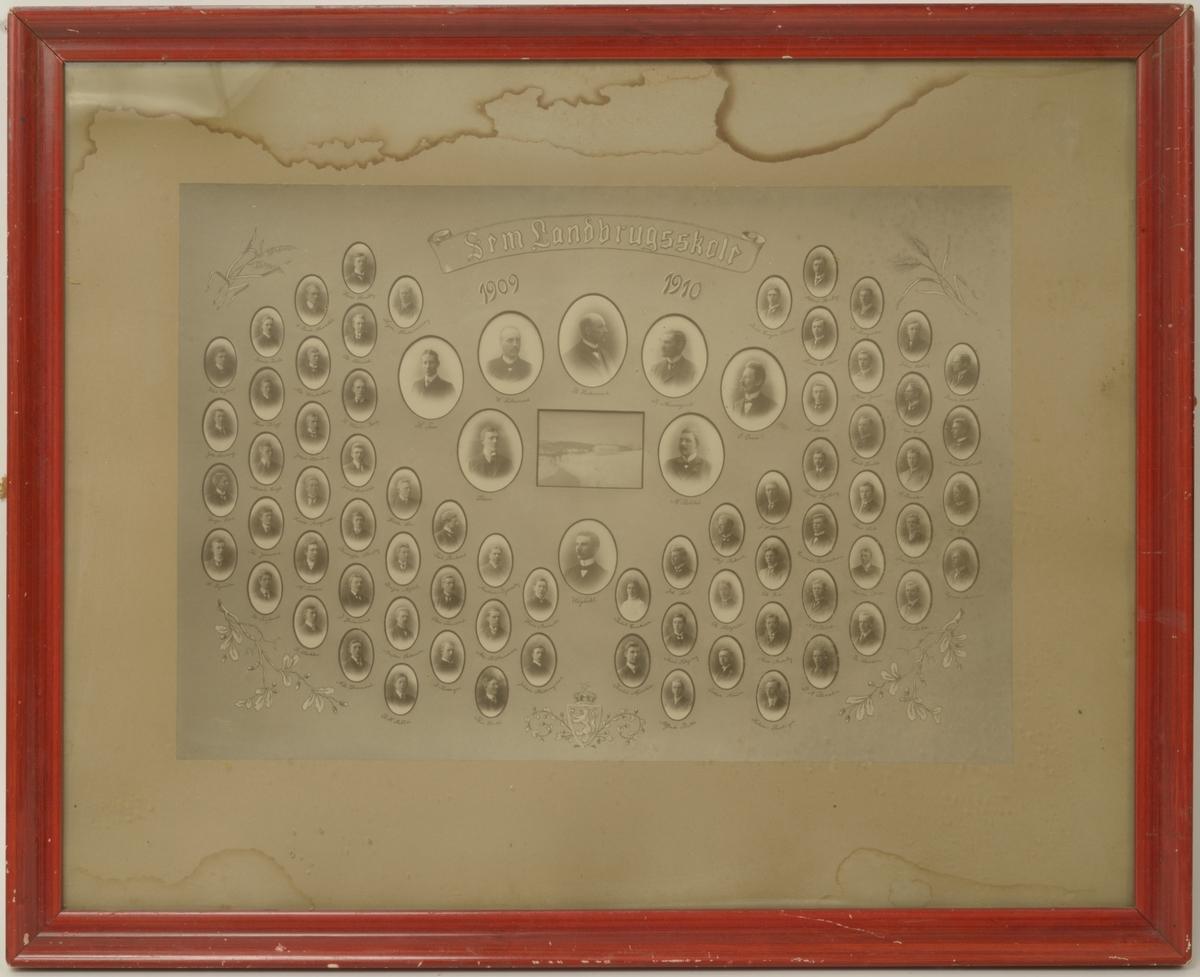 Et bilde med et fotografi av Sem Landbrugskole i midten omgitt av litt større portretter av lærerstaben. Rundt disse er plassert portretter av elevene fra årskullet 1909-1910. I de to øverste hjørner av bildet er kornaks og i de to nederste hjørner eikeløv. Forneden i bildet er den norske Riksløven.