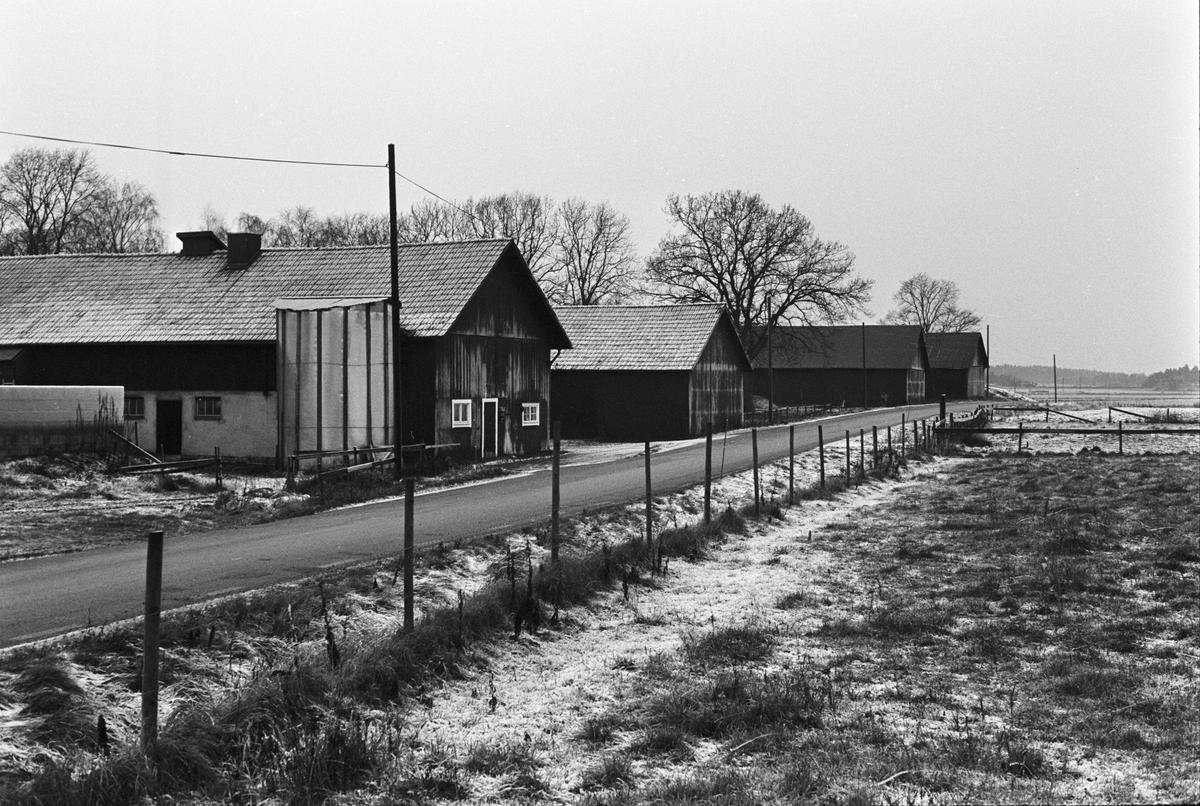 Vy över ekonomibyggnader, Lörsta 2:1-5:1, Uppsala-Näs socken, Uppland 1984
