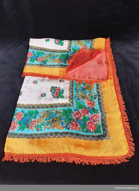 Silke eller kunstsilke,Foret. Nesten kvadratisk, Frynser. Påtrykt mønster. Gul, turkis, hvit, sort, grønn, rød, orange.