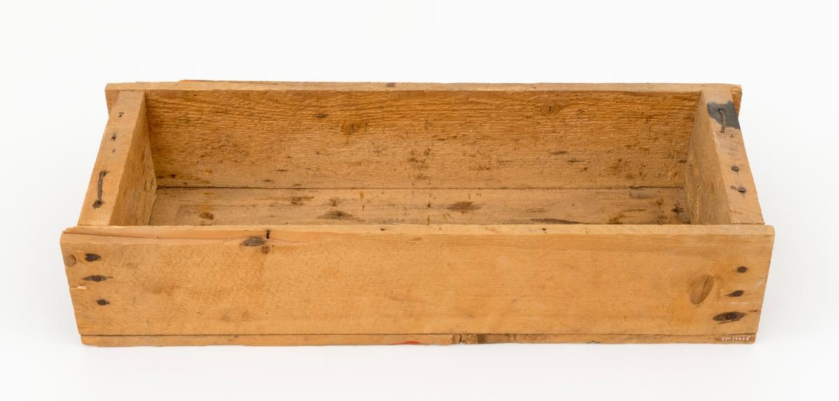"""Trekasse, muligens opprinnelig lagd for spikerleveranser, seinere brukt til oppbevaring av stempelmaler for smiing av de profilerte eggene på blinke- eller merkeøkser. Kassa er spikret sammen og er 70 centimeter lang, 26,5 centimeter bred og 15,2 centimeter høy. Botnen og langsidene er lagd av uhøvlete 1,5 centimeter tjukke bord, tverrendene av 3 centimeter tjukke bord. Endeflatene er inntrukket cirka 1,5 centimeter i forhold til botnens og sideveggenes ytterender. Endeveggenes yttersider er merket med følgende stempel: «MUSTAD'S NYE SPIKER CA. 2 000  5""""». På ei av sideflatene har noen skrevet «481 A.R. ELVERUM». Kassa har vært gjenspikret hos spikerprodusenten, men den som bestilte spikrene har brutt opp oversida. Den gjenværende kassa veier 3 296 gram."""