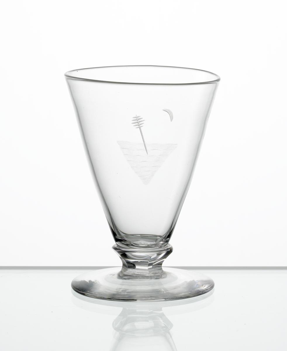 Brännvinsglas, konisk kupa med graverat motiv bestående av sjömärke. Fasettslipad knapp mellan kupa och fot.