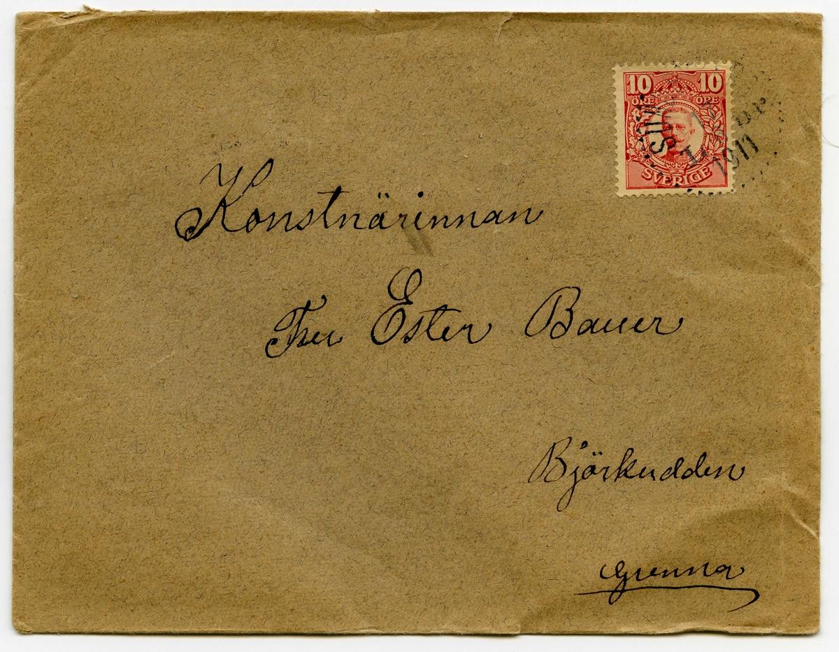 Brev 1911-06-17 från Johanna Nilsdotter-Ellqvist till Ester Bauer, bestående av fyra sidor skrivna på fram- och baksidan av ett vikt pappersark, samt kuvert. Huvudsaklig skrift handskriven med svart bläck.  . BREVAVSKRIFT: . [Kuvert baksida] [Poststämpel: GRENNA 18 6 1911] . [Kuvert framsida] [rött frimärke: Sverige 10 öre, svag poststämpel SUN--- -- 1911] Konstnärinnan Fru Ester Bauer Björkudden Grenna . [Sida 1] Dufbo den 17 juni 1911. Kära lilla Ester! Tack för ditt bref som jag erhöll, jag kan hälsa ifrån Gerda, jag fick bref i måndags hon trifs mycket bra, herr och Fru Janson är mycket snälla, och barnen äro äfven glada vid henne, spelar med flickorna 2 timmar om dagen, och hade sytt 2 klädningar till den minsta och möser till de två större flick- = erna i föra veckan och för öfrigt hjelpt till  med hushållet, och hon känner sig aldrig trött nu som förr, var hon alltid trött. Så ännu är . [Sida 2] hon mycket belåten. För öfrigt är der  så många små djur, kycklingar o lamm o kalfvar kid ja ännu fler räknade hon upp, tiden går så fort der säger hon. Jag [överstruken bokstav i slutet: har] sett efter våningar i tidningarna med de är gerna på 5 o 6 rum. Ja vist får du bo hemma om du vill och ni båda två det vore bäst tycker jag, det är ju icke als långt att resa in till staden när ni det ville, det skulle bli mycket bel – gare för er, och äfven trefligare än vara så der en främling igen, det skulle väl icke John vilja, vercken för engen del eller för din tycker jag, icke tror jag helre att han köper och bygger i Varmland det vil jag se förän jag tror det. För min del tycker jag att ni skall samråda och göra det så trefligt för er som möjligt. Jag kan helsa ifrån Ernst Bauer, jag råkade honom i Stockholm uppe hoss Oscar. . [Sida 3] Vi hafva haft mycket kalt nu en åtta dagar Gurgor böner o potatis och ännu mer [inskrivet: fryser bort] vi hade fått mycket gjorgubbar men äfven de hafva fått skada utaf kylden, få vi icke regn så få vi ingen ting är jag rädd in= get vatt