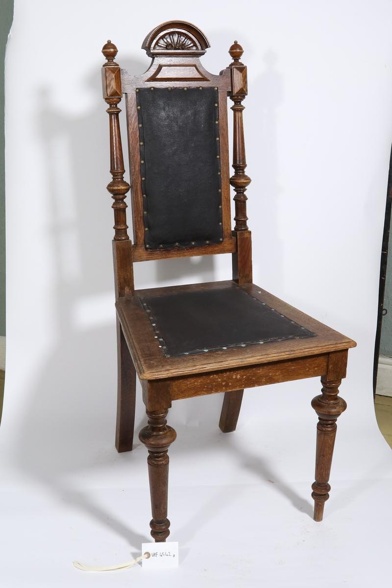 Bord og seks stoler.  a.1-4 Bord med uttrekksplater (Bergensk uttrekksbord) a1. Sarg med ben. Runde, dreiete ben, avsmalnende nedover. Nederst kort, glatt ledd, derover delvis utstående profil av to staffer med mellomledd, derover lengere, glatt, konisk ledd og på topp kraftigere profil som avsluttes med sylinderform i flukt med sarg. Sarg er glatt og sammenføiet i hjørner i sylinderformet topp av ben. Mellom lengdesargers midte er påsatt et tverrbord. To kvadratiske utsnitt i topp av kortsarger, for reiler.  a2. Bordplate. Ramme med innfeldt fylling, i topp innlagt sort skinn. Avrundete hjørner. To tapphuller og en tapp for feste i sarg.  a3. Uttrekksplate. Sammenlimete bord, i topp innlagt sort skinn. Påsat i underkant to reiler for styring av uttrekk, tilpasset utsnitt i sarg. Reiler sveifet i synlig ende.  a4. Uttrekksplate som a3.  b-g. Stoler. Forben runde, dreiete, avsmalnende nedover, med markerte profilledd øvers og nær nederkant. Bakben sabelformet med rektangulært tverrsnitt, fortsettende i ryggstav som et kort stykke opp fra sete har lengere, dreiet del som avsluttes øverst med kubisk ledd påsatt kule. Mellom ryggstaver rektangulær ramme med påstiftet, sort skinn, avsluttet på topp med sveifet toppramme påsatt halvsirkelformet bekroning med midtdekor. Sete består av ramme påstiftet sort skinn.
