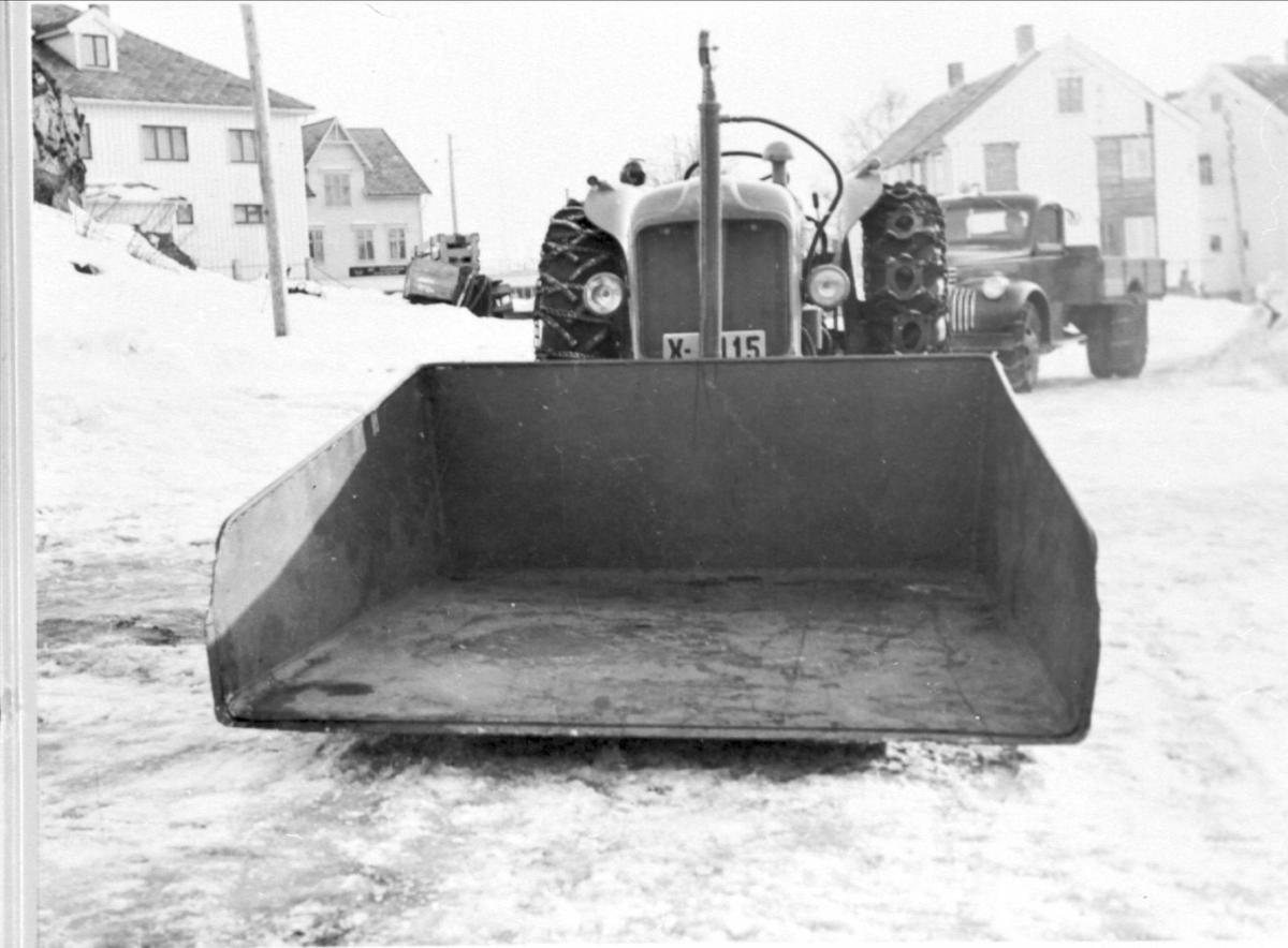Traktor, med frontmontert snøskuffe og hydraulisk tipp.