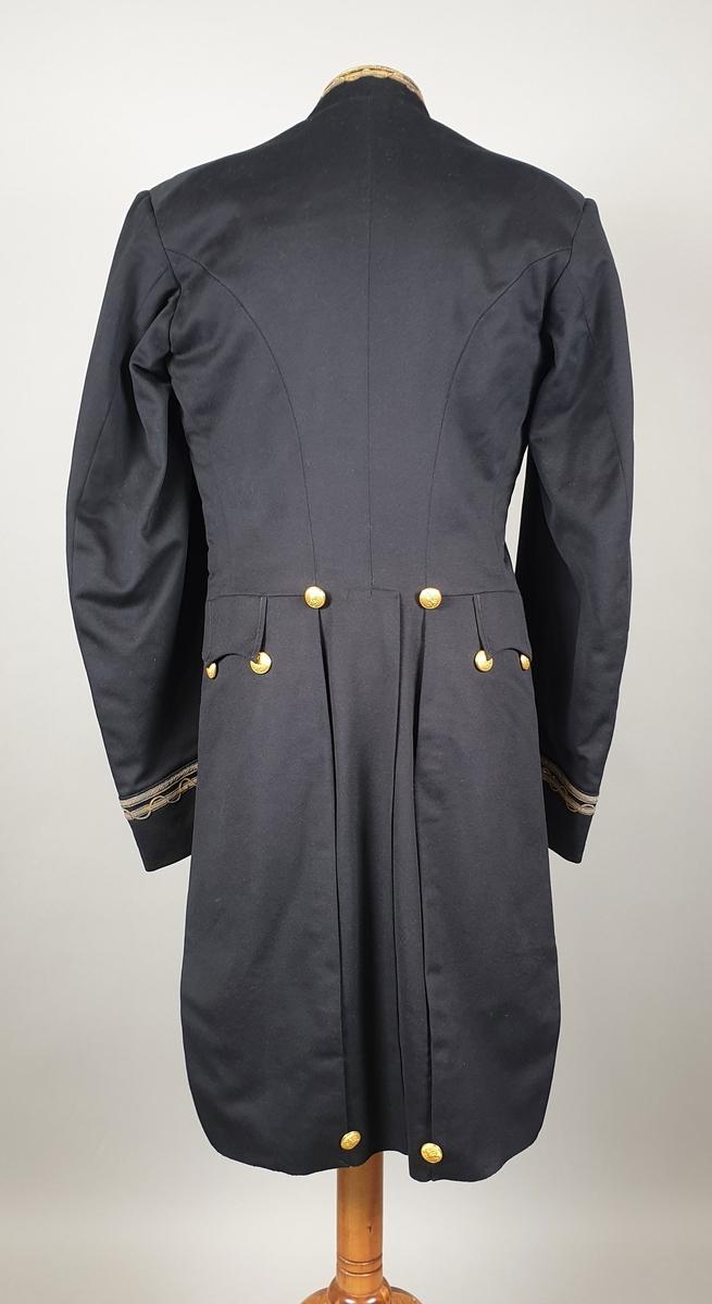 Svart uniformsjakke med snipp. Broderinger på krage og ytter på ermene med metalltråd i gull og sølvfarge. Metallknapper i front og på snippen bak med riksløve. För av svart silke.