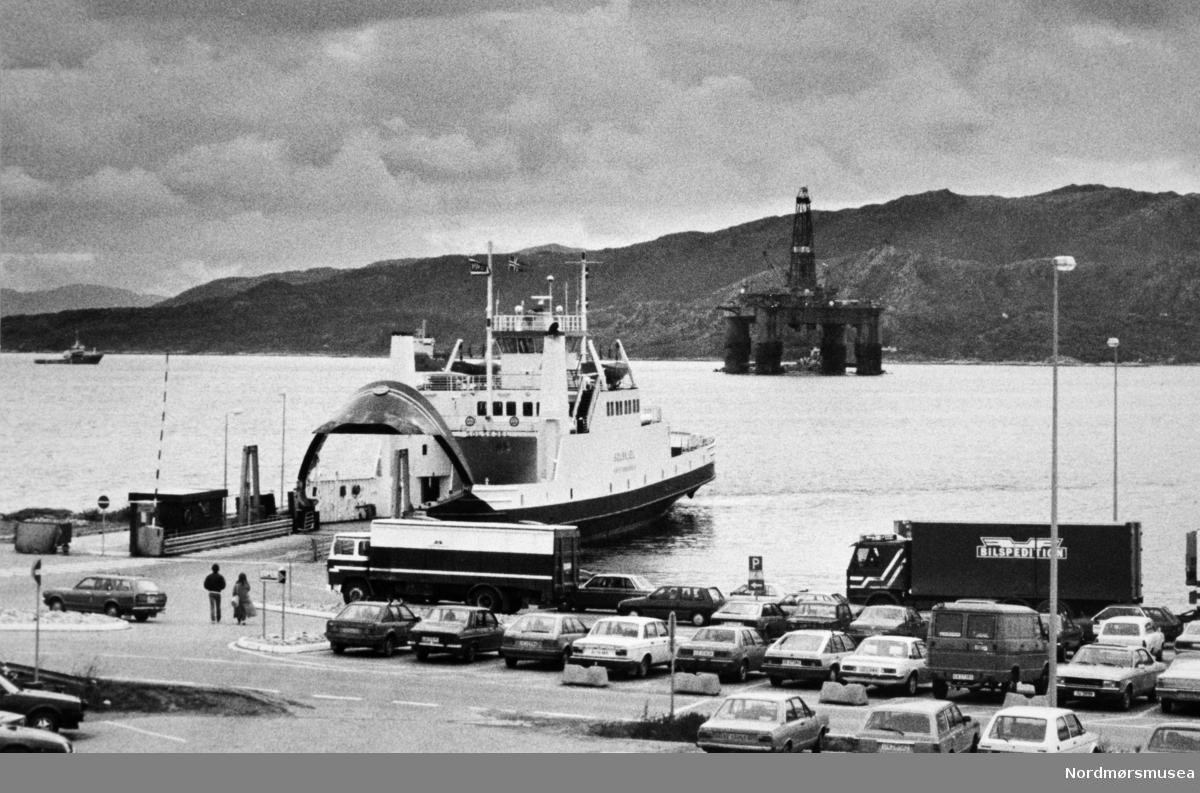 Bremsnes fergekai. Solskjel. oljeplattfortm på Bremsnesfjorden. Bildet er fra avisa Tidens Krav sitt arkiv i tidsrommet 1970-1994. Nå i Nordmøre museums fotosamling.