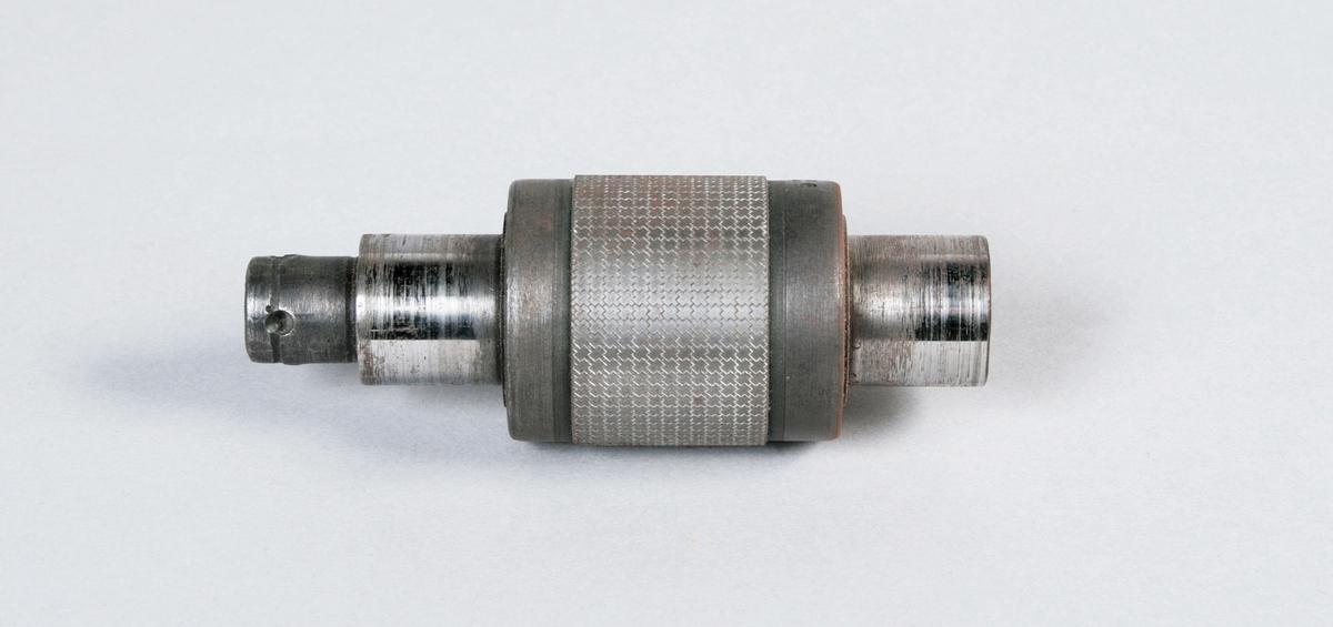 Molett. Vinkelmönster försatta diagonalt. 27 mm bred gravyr. Märkt: Nr 508 01. Proveniens Borås Wäfveri AB.