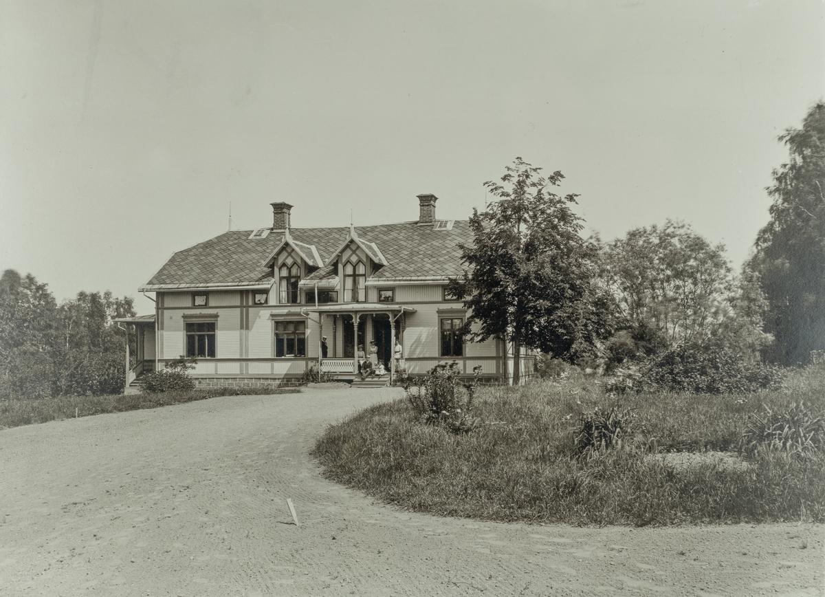 Klacka-Lerberg, bostadshus, grupp på trappan.