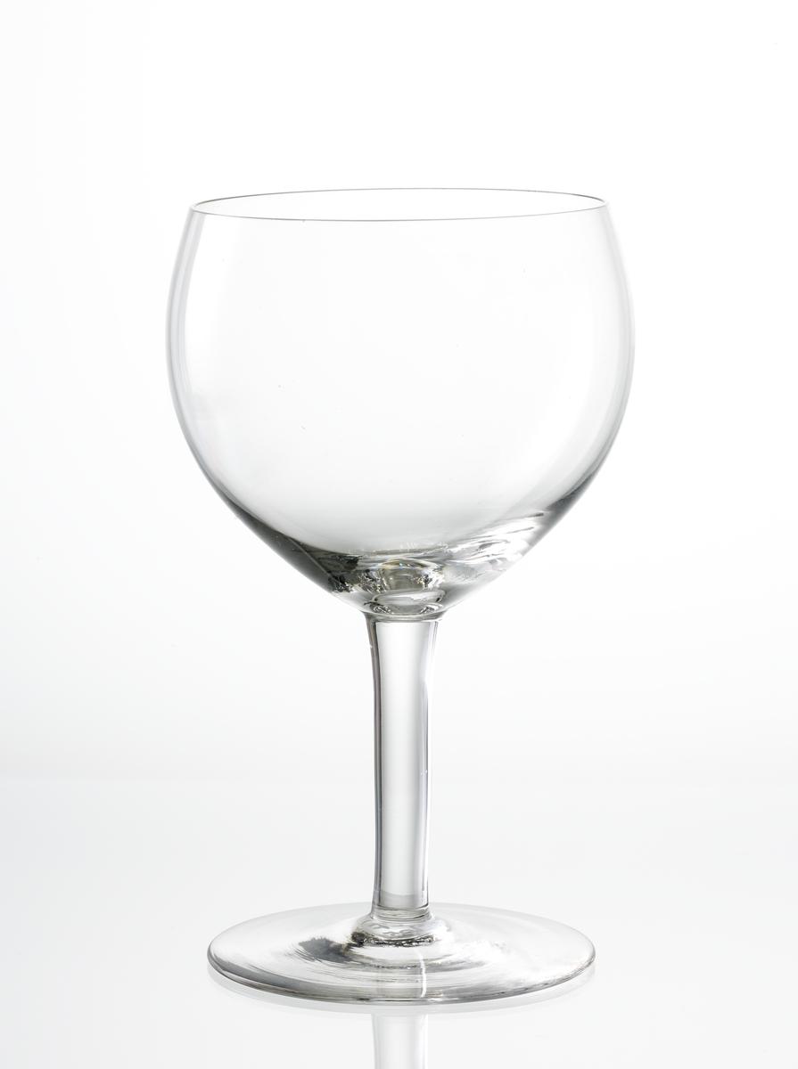 Rödvinsglas, slät kupa med svagt konande ben.
