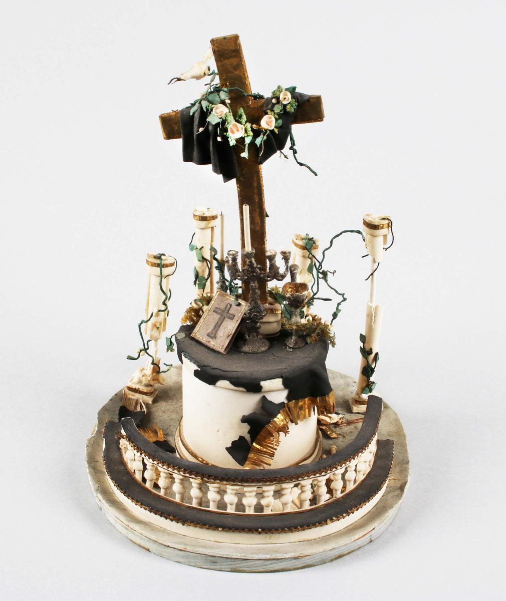 Dragantarbete. Altare. Föreställer ett altare med ring och förgyllt kors, på detta en duva. Under glaskupa, saknas 1999-08-31. Proveniens Clothska hemmet i Borås. Mycket defekt.  Skapades troligen som en fri efterbildning av Carolikyrkans altare.  Tillverkad av Hilda Boström (1822-1903), sockerbagare, Borås.  Litt: Se Årsbok 1963, sidan 43. Litt: Se Ada Damms Boråsbilder.  Funktion: Prydnadsföremål