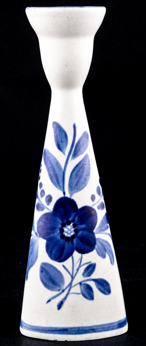 Ljusstake i flintgods, modell B.4, form och dekor av Kjell Blomberg 1956. Handmålad dekor i blått med anemon.