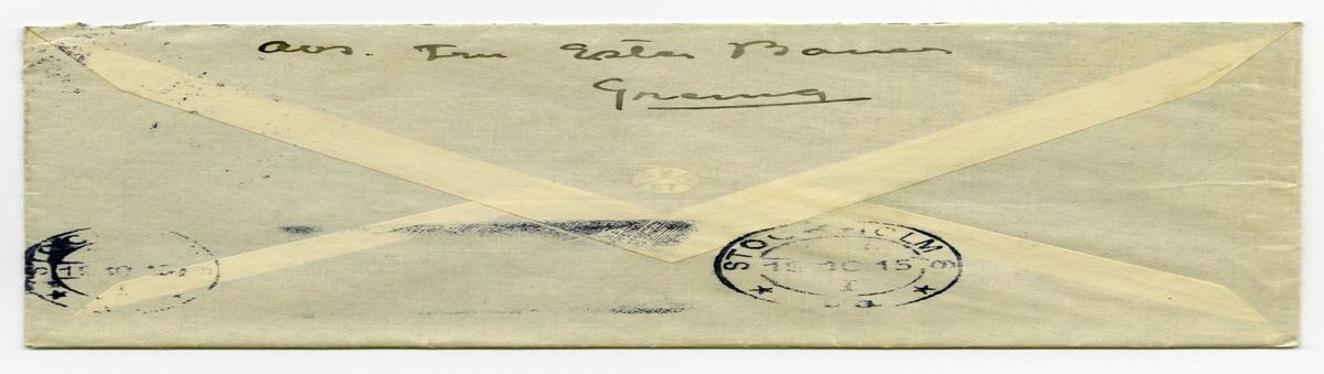Brev 1915-10-18 från Ester Bauer till Carin Cervin-Ellqvist, bestående av sex sidor skrivna på fram- och baksidan av ett vikt pappersark, samt kuvert. Huvudsaklig skrift handskriven med svart bläck. . BREVAVSKRIFT: . [Kuvert baksida] avs. Fru Ester Bauer Grenna [poststämpel: STOCKHOLM 19 10 15 . [Kuvert framsida] [rött frimärke SVERIGE 10 öre samt poststämpel GRÄNNA 18 10 15] Fru Karin Cervin-Ellqvist Hagagatan 39 III Stockholm . [Sida 1] Björkudden 18 10 1915 Älskade Karin! Tack så väldigt mycket för det du skickade. Den passade alldeles och käns mycket skön. Du bör också skaffa dej en sådan. Jag skulle skrivit för länge sen', men min pys håller mej sysselsatt dag och natt vore inte min vän Anna Granlund här så stod jag inte ut. Hon . [Sida 2] byter på honom och badar honom och om nätterna bär hon honom till mej. Pysen och hon ligga i samma rum. Allt detta gör hon för att jag ska få häm- ta krafter. Digivningen tar mycket på krafterna och så att man inte får sova på nätterna, i en månad har jag nu inte sovit någon  hel natt. Men man kanske vänjer sej. John är i Stockh. Har du träffat honom? Jag har inte kunnat . [Sida 3] skicka Mor några pengar. Dels har jag haft ont om dem och dels kommer jag ju aldrig till Grenna och posten numera Och att låta andra  skicka tycker jag är för- argligt. Och John skulle inte tycka om det för vi ha sådana stora utgifter på alla håll nu. Och hans far tycks inte villa återbetala det vi betalat som skatt för honom. De ha inte gratulerat oss till lillen och de tyckas inte ta' nån' vidare notis om . [Sida 4] John [inskrivet: och lillen] nu mera. Detta tycks såra John. Vad deras elakheter mot mej inte förmått det tycks deras likgiltighet mot lillen göra - John känner sin fadersstolt- het djupt sårad. Det är ju bra att jag får ha mitt barn för mej själv. Baby växer så väldigt - I morron fyller han 1 månad. Han ska  [understruket: antagligen] heta John Benkt Olov i dagligt tal kallad Beb . [Sida 5] men vid högtidliga tillfällen Benkt-Olov. L